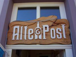 Hinweisschilder, Werbeschilder, Wegweiser aus Holz geschnitzt