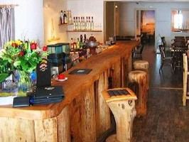 Eine Bar oder ein Lokal mit einem Treseen aus Eiche und  geschnitzten Motiven, ist für viele Kunden ein Blickfang. Hier bleibe ich gern.