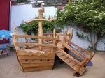 Zu einem Spielschiff gehört eine Rutsche. Im Garten in der Krippe oder im Kindergarten.