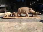Neben dem Bären sind Wildschweine in allen Größen ein Ziel der Schnitzkunst.